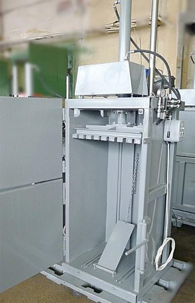 Вертикальный пресс СТАТИКО-12 - вид спереди с открытыми дверцами